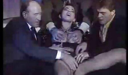 かなりスキニーティーンと巨乳masturbates 女性 の ため の av バイブ