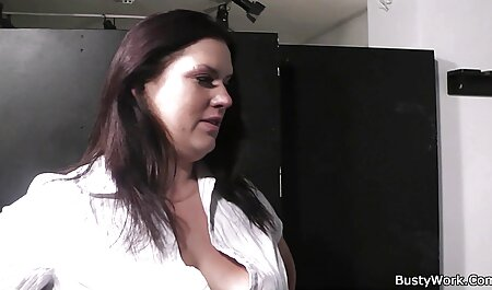 彼女の口の中で大きなコックを提供し、彼女のために必死に 女性 向け 無料 エッチ 動画